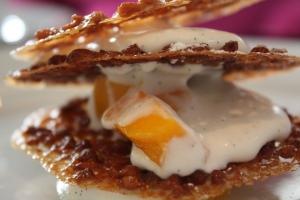 Tuile aux amandes, mangue fraîche et crème vanillée