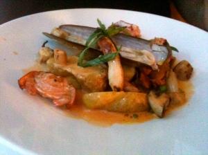 Pétoncles, homard, encornets et couteaux © Blandine Vié