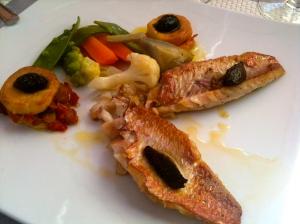 Filets de rouget barbet rôtis aux petits légumes © Blandine Vié