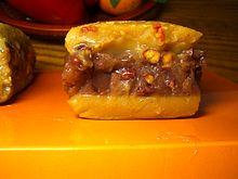 Niangao (pâte de haricot rouge entre 2 couches de riz glutimineux parfumé au longane) via wikimédia commons