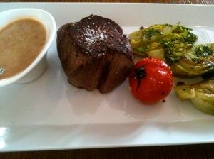 Filet de bœuf au poivre, cœur de laitue sauté au beurre © Blandine Vié