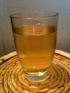Verre de vin blanc rustique © Blandine Vié
