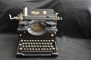 Machine à écrre Royal via antiquitescourtier.com