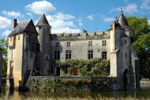 Château de La Brède via jedecouvrelafrance.com