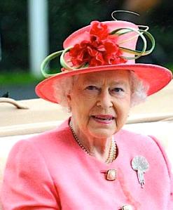 Chapeau fleuri reine d'Angleterre via jackaimejacknaimepas.blogspot.com