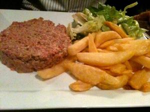 Tartare classique frites maison © Blandine Vié