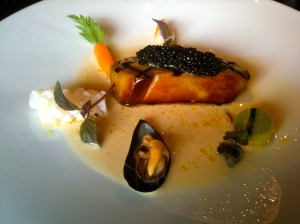 Foie gras grillé, carottes, fanes, chipirons, marinière de moules au citron vert (caviar Réserve Akitania)