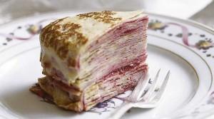 Gâteau de crêpes à la confiture de framboises via csuper.wordpress.com