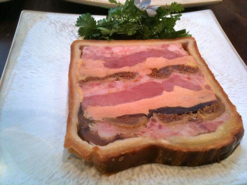 Pâté en croûte de canard au foie gras et aux figues (servi chez Marloe) © Greta Garbure