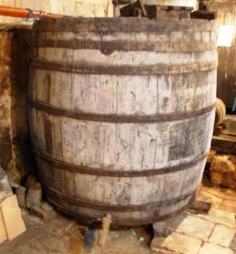 Vieux tonneau en chêne via lahaumuche.blogspot.com