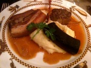Saint Cochon du bistrot andouillette, boudin noir et travers de porc du Cantal, pomme purée, sauce aux oignons confits © Greta Garbure