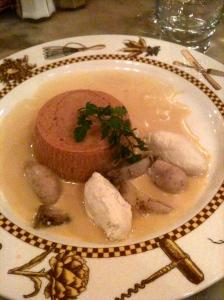 Gâteau de foies de volaille, crêtes, rognons de coq et petites quenelles, sauce suprême liée au foie gras © Greta Garbure
