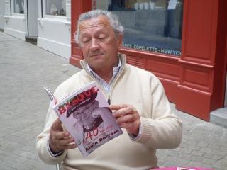 Patrick lisant le livre d'Alain devant la boutique Artiga à Bayonne