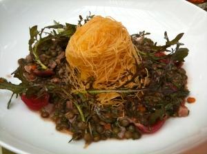 Croustillant d'époisses, salade de lentilles au pied de porc © Greta Garbure