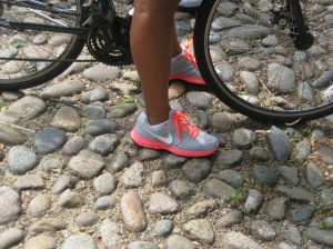 Vélo-et-chaussures-fluo-Boston via transports.blog.lemnde.fr