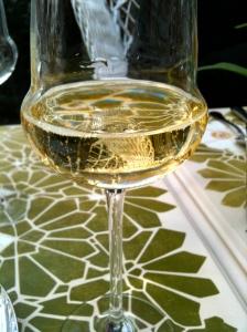 Verre de crémant de Bourgogne © Greta Garbure