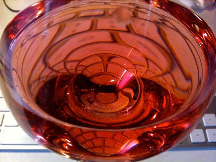 Clavier et verre de rosé © Greta Garbure