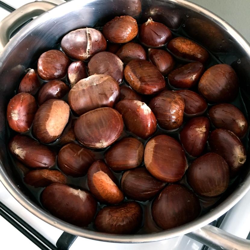 Mettre les châtaignes incisées dans une casserole d'eau © Greta Garbure
