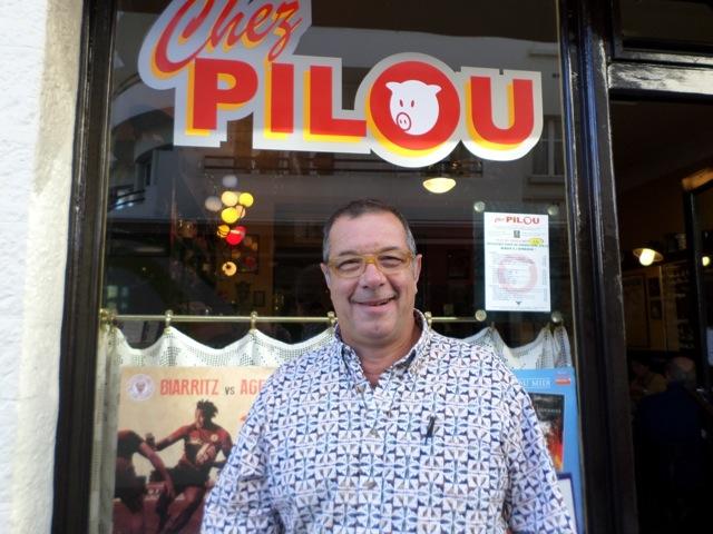 Pilou devant son bistrot « Chez Pilou » © Greta Garbure