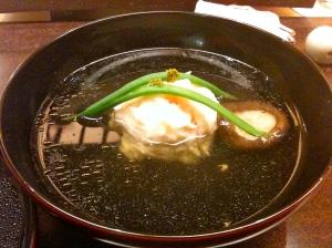 Soupe à la boulette de poisson (dorade, colinot) et de crevette et feuille de kombo © Greta Garbure