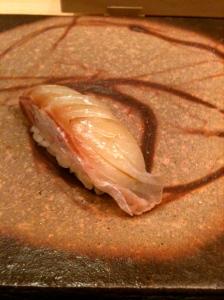 Sushi de daurade royale marinée à l'algue laminaire konbu © Greta Garbure