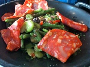 Salade de haricots verts et fèves au chorizo © Greta Garbure