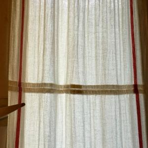 Assembler les rideaux deux par deux © Greta Garbure