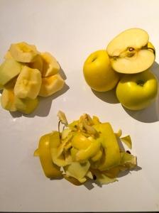 Couper les pommes en quartiers © Greta Garbure