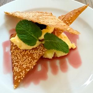 Croustillants aux sésames, crème à la fleur d'oranger et cerises amarena © Greta Garbure