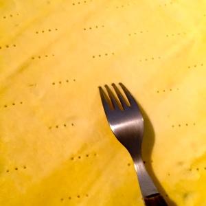 Piquer la pâte avec les dents d'une fourchette © Greta Garbure