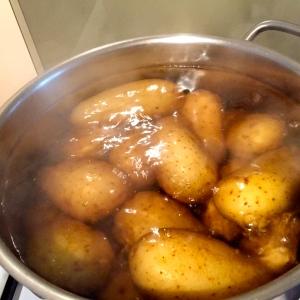 Pommes de terre en cuisson © Greta Garbure