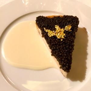 Part de tarte friande de langoustine au caviar (Yannick Alléno) © Greta Garbure