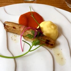 Asperge rôtie beurre noisette, mousseline de poivrons et piquillos © Greta Garbure