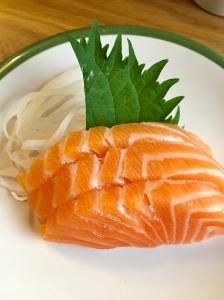 Sashimis saumon, radis râpé, feuille de shiso © Greta Garbure