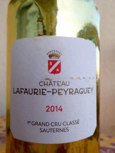 La bouteille de château Lafaurie-Peyraguey emmaillotée © Greta Garbure