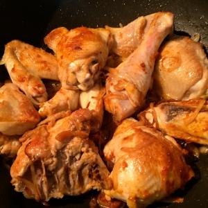 Enrober le poulet de curry © Greta Garbure