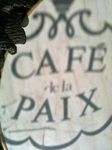 Café de la Paix (ombre chinoise sur une table en terrasse) © Greta Garbure