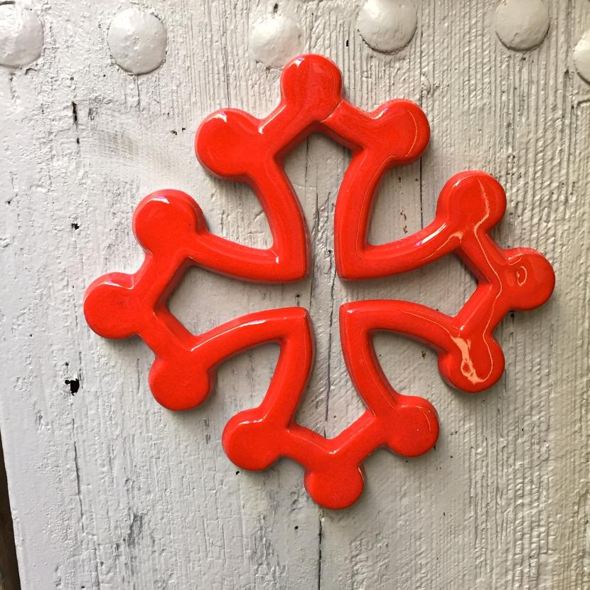 Croix du Languedoc sur une porte en bois © Greta Garbure