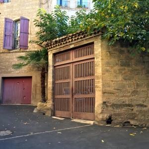 Même les portes de garages ont du cachet ! © Greta Garbure
