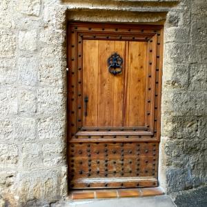 Porte en bois cloutée © Greta Garbure