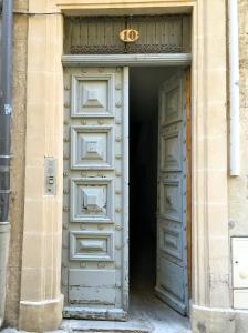 Porte entrouverte bis © Greta Garbure