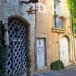 Trio de portes dans le quartier juif © Greta Garbure