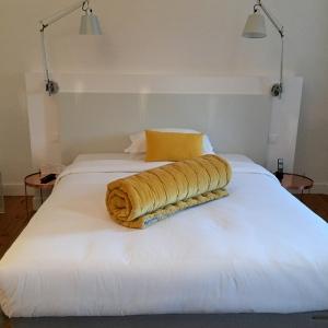 Une chambre en blanc et jaune © Greta Garbure