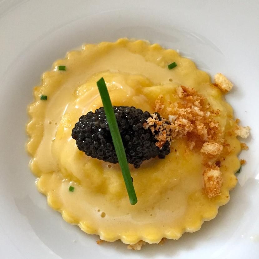 Ravioli au chèvre, crumble de brioche et caviar Siberian Calvisius © Greta Garbure