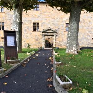 L'entrée toute simple du château © Greta Garbure