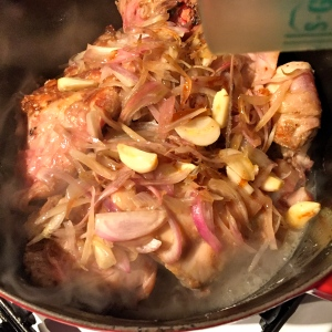 Ajouter la fondue d'oignons et mouiller avec le vin blanc et le bouillon © Greta Garbure