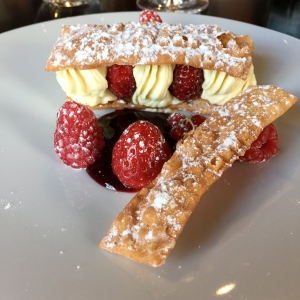 Mille-feuilles de bugnes, fruits rouges du Beaujolais © Greta Garbure