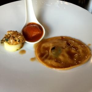 Raviole de cardon, salade de ris d'agneau, gâteau de foie de volailles en amuse-bouche © Greta Garbure