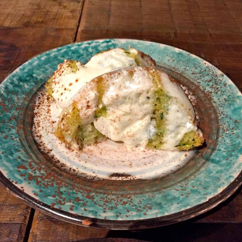 La part de gâteau de courgette servi avec de la crème © Greta Garbure