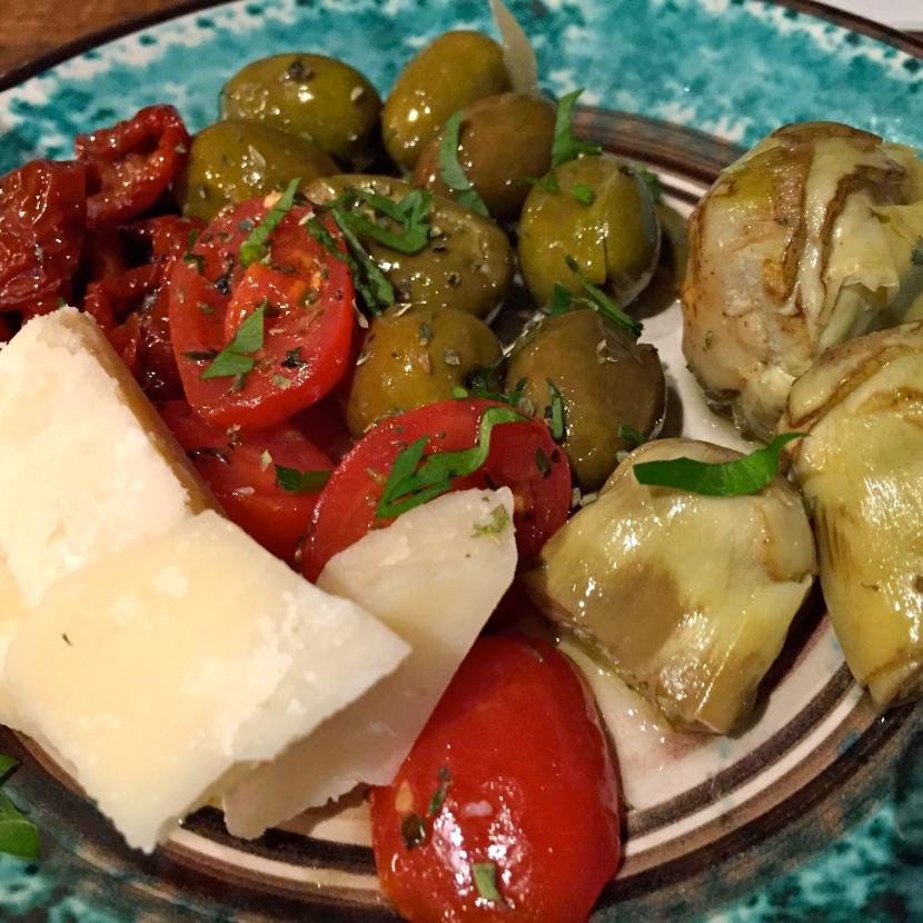 Tomates, cœurs d'artichaut, olives, parmesan © Greta Garbure